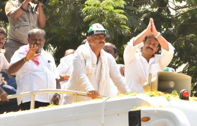 Chief Minister H D Kumaraswamy, Irrigation minister D K Shivakumar with Shivamogga candidate Madhu Bangarappa. (DH Photo)