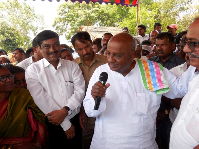 Former Prime Minister H D Deve Gowda speaks to the Congress-JD(S) party workers at Changadahalli near Shanivarasanthe on Wednesday.