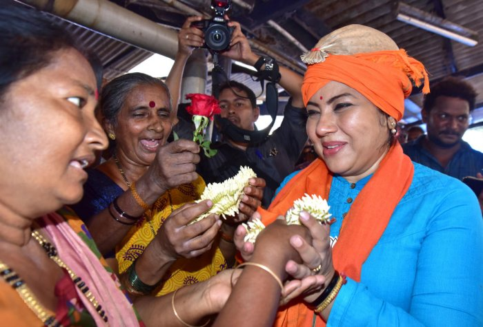 Fisherwomen association office-bearers traditionally felicitate BJP leader Tara Anuradha, by offering strings of Mangaluru jasmines. The actor wore the traditional 'Muttale' cap made of areca sheath on the occasion.