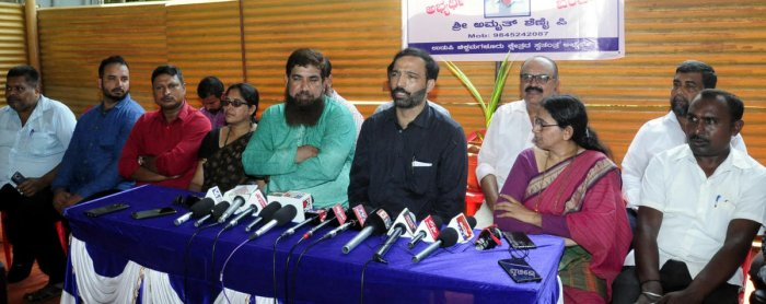 Independent candidate Amrith Shenoy speaks to media persons in Udupi. (DH Photo)