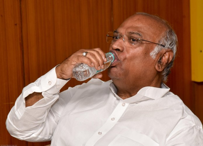 Seasoned politician Mallikarjuna Kharge sweats it out as turncoat Umesh Jadhav looks to turn the BJP's fortunes in the Gulbarga sweat.