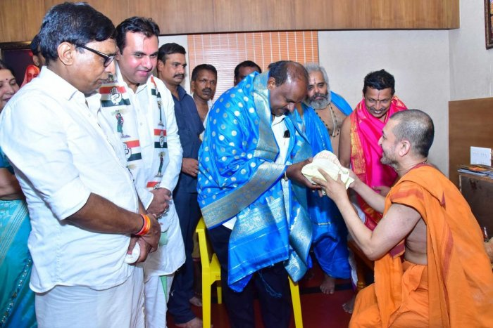 Chief Minister H D Kumaraswamy met Paryaya Palimaru Vidyadheesha Swami at the Sri Krishna Mutt in Udupi on Sunday.