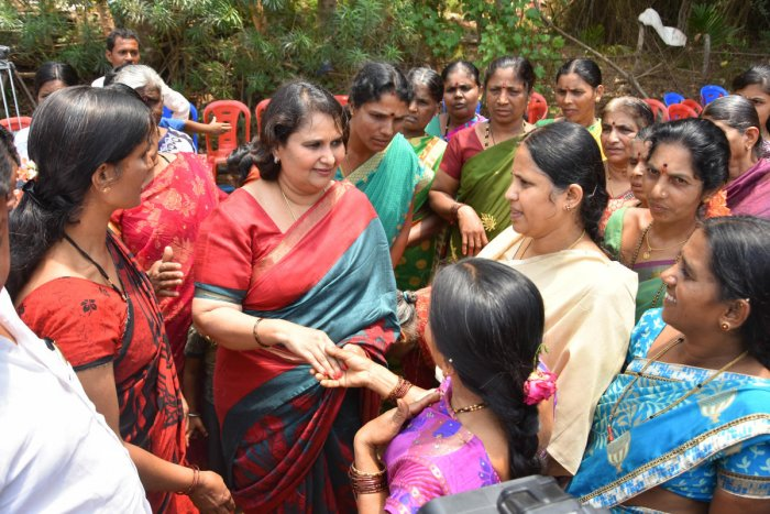 JD(S) leader Geetha Shivarajkumar interacts with women during her campaign for coalition candidate from Shimoga Lok Sabha constituency Madhu Bangarappa, at Puradalu in Shivamogga taluk on Monday. DH PHOTO/SHIVAMOGGA NAGARAJ