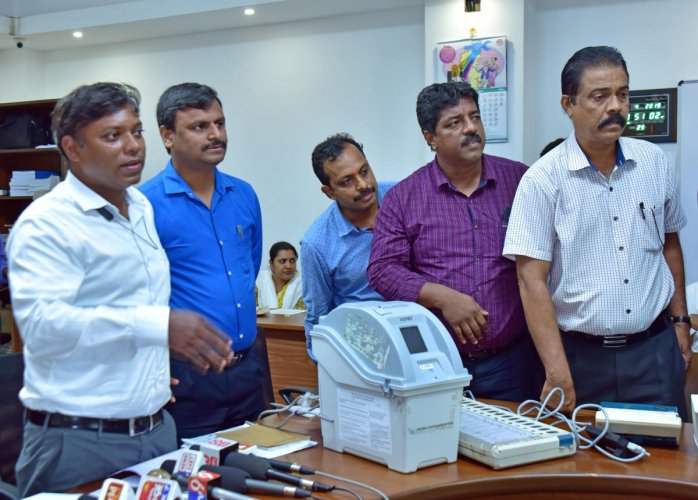 Deputy Commissioner Sasikanth Senthil explains about EVMs and VVPAT in Mangaluru on Monday.