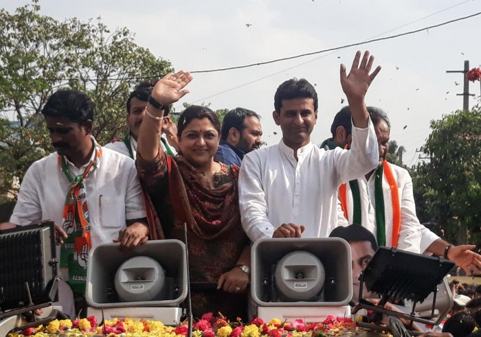 Film star and AICC spokesperson Khushbu Sundar campaigns for Bangalore Central Congress candidate Rizwan Arshad in Bengaluru on Wednesday. DH Photo