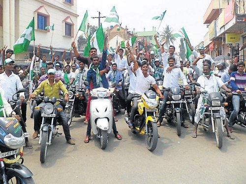 Deve Gowda takes on Modi, Congress