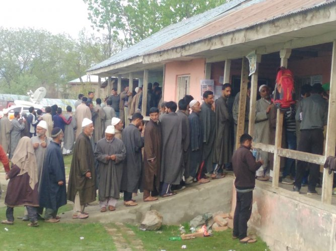 The polling began at 7 am in Baramulla Lok Sabha seat in north Kashmir and Jammu seat and would end at 6 pm. DH Photo.
