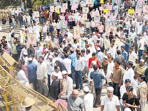 Zameer's supporters protest Deve Gowda's Mir Sadiq remark