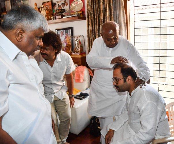 Asnotikar joins JD(S), Ibrahim calls on Deve Gowda