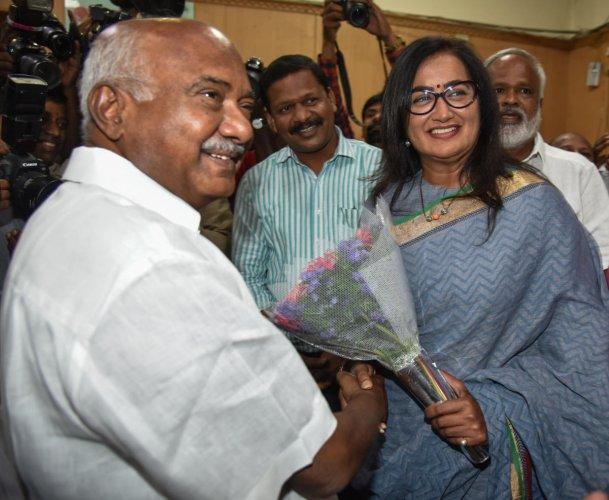 JD(S) state president H Vishwanth greets Sumalatha Ambareesh, independent candidate of Mandya Lok Sabha constituency, at Meet the Press programme organised by Press Club of Bengaluru and Bengaluru Reporters Guild, at Press Club, in Bengaluru on Thursday.