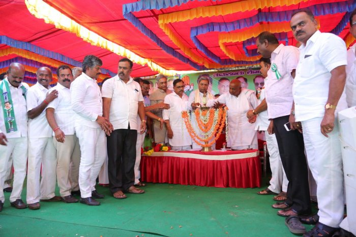Former prime minister and JD(S) candidate H D Deve Gowda and former chief minister Siddaramaiah inaugurate a joint convention of Congress-JD(S) workers in Tiptur on Wednesday.