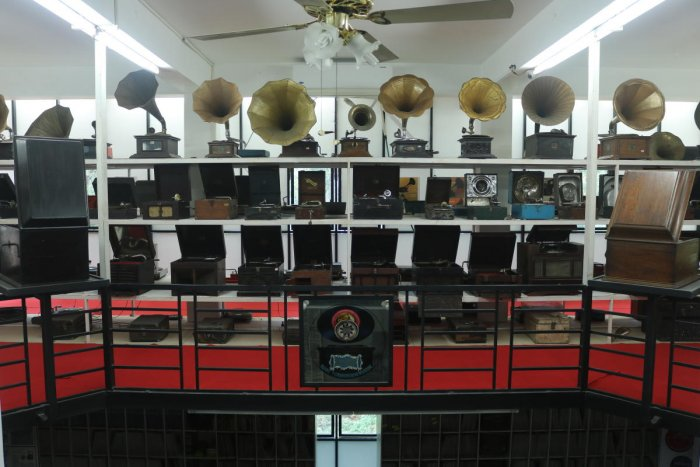 Sunny's museum near Kottayam has a collection of gramophone records dating back to 1898-99 and vinyl records from the 1940s to 1985. It also displays gramophone and record players collected from across the country