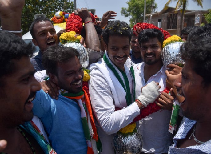 Coalition candidate for Mandya seat Nikhil Kumaraswamy gels with voters at B Gowdagere and Kannalli in Mandya district on Thursday. DH Photos / B H Shivakumar