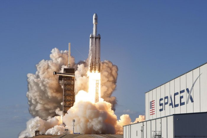 A SpaceX Falcon Heavy rocket, carrying the Arabsat 6A communications satellite, lifts off from the Kennedy Space Center in Cape Canaveral, Florida, U.S., April 11, 2019. REUTERS