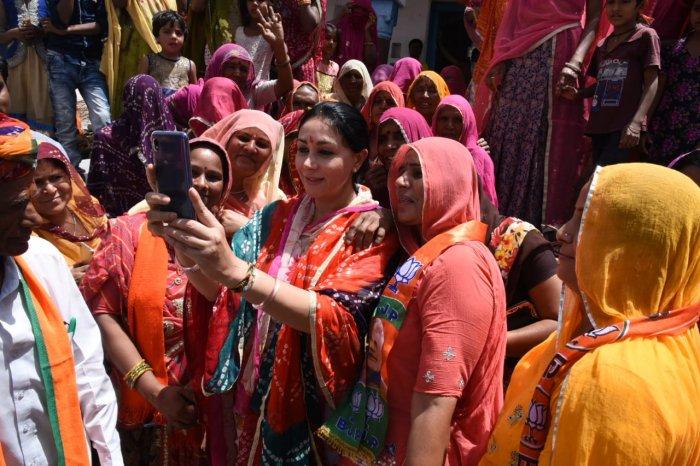 Diya kumari taking selfie with her supporters