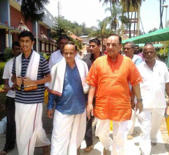 Former Union minister and Rajya Sabha member Subramanian Swamy visited Sharada Peetha in Sringerion Monday.