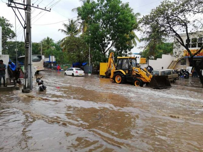 While the sudden downpour on Wednesday afternoon brought much-needed relief from the heat for Bengalureans, many arterial roads were left inundated. (DH Photo)