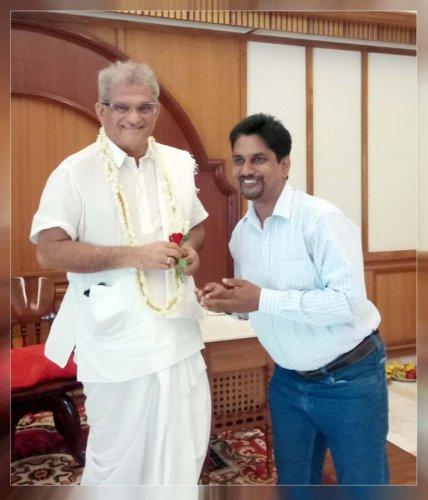 Independent candidate Venkatesh Bende seeking blessings from Shri Kshetra Dharmasthala Dharmadhikari Dr D Veerendra Heggade.