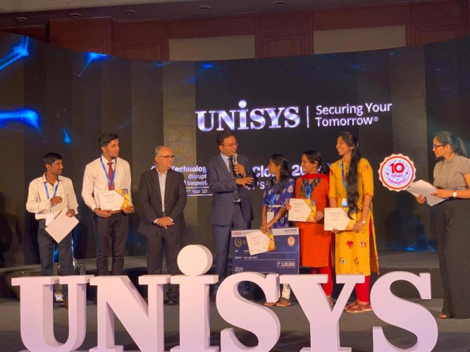 Project Guide Ramalingam of the Mangalore Institute of Technology and Engineering, Moodbidri, with students who won the third prize at the 10th edition of the Unisys All India Project Competition Cloud 20/20.