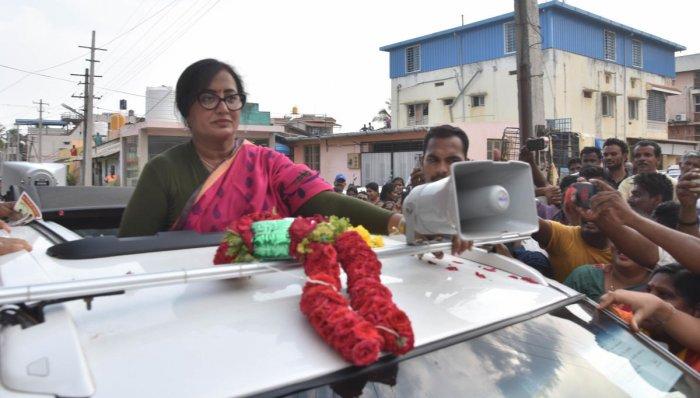 Independent Candidate Sumalatha Ambareesh during a campaign rally at K R Pete, in Mandya District. Photo/ B H Shivakumar