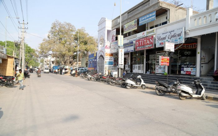 Ek Minar Road in Raichur town wears a deserted look due to sweltering heat on Friday. DH Photo