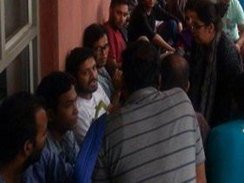Kanhaiya rushed to AIIMS, 5 JNU students withdraw from hunger strike