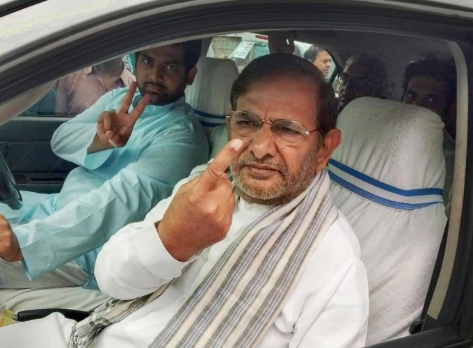 Loktantrik Janata Dal leader Sharad Yadav shows his finger, marked with indelible ink, after casting his vote at a polling station, during the third phase of Lok Sabha polls. PTI photo