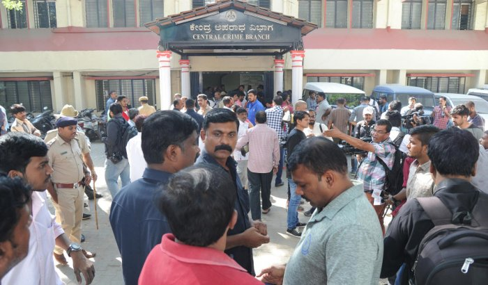 Media and police gathered infront of CCB office at Chamarajapet in Bengaluru on Saturday. Photo Srikanta Sharma R.