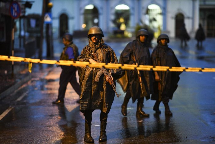 Sri Lankan soldiers stand guard under the rain at St. Anthony's Shrine in Colombo on April 25, 2019, following a series of bomb blasts targeting churches and luxury hotels on the Easter Sunday in Sri Lanka. - Sri Lanka's Catholic church suspended all publ