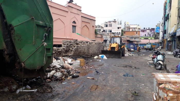 Waste generated by Russell Market and surrounding areas in Shivajinagar is dumped beside the heritage building. The street is littered with stinking raw meat and vegetable waste, unmindful of the health hazards.