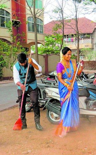 Shivu Puttur and Suma Kodikal take part in the cleanliness drive near Urwa Press Club in Mangaluru on Sunday.