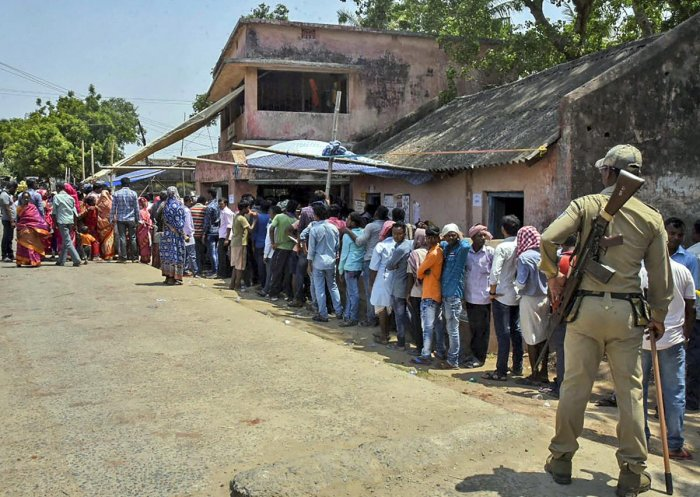 Sporadic violence marred the fouth phase of polling in West Bengal with clashes taking place between the Trinamool Congress (TMC) and BJP mainly in Asansol and Birhum Lok Sabha constituencies. (PTI Photo)