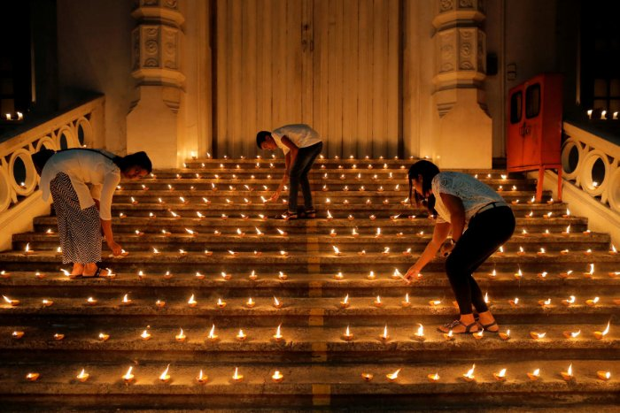 People light candles during a vigil in memory of the victims of a string of suicide bomb attacks across the island on Easter Sunday, in Colombo, Sri Lanka April 28, 2019. (Reuters)