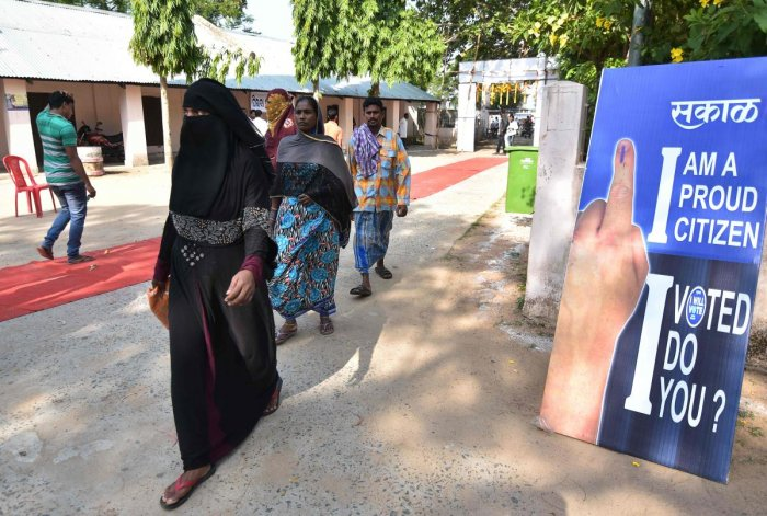 Indian voters arrive to cast their vote at a polling station during the fourth phase of general elections in Kendrapada district of Odisha state on April 29, 2019. - Voting began for the fourth phase of India's general parliamentary elections as Indians exercise their franchise in the country's marathon election which started on April 11 and runs through to May 19 with the results to be declared on May 23. (Photo by ASIT KUMAR / AFP)
