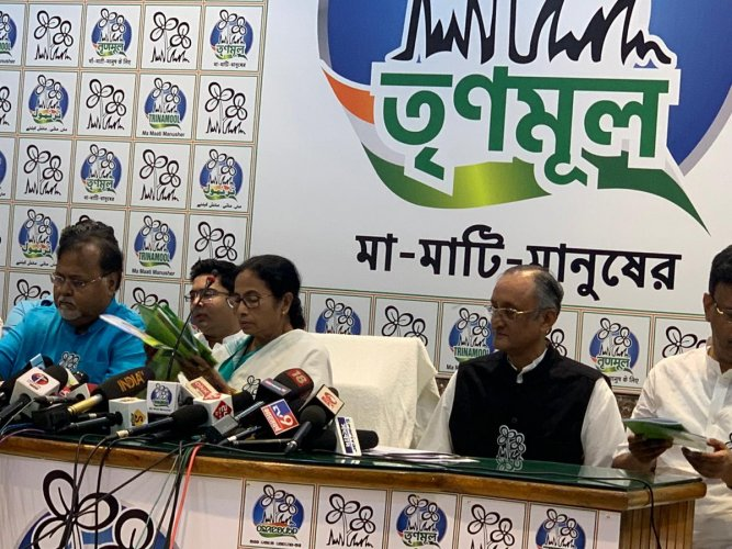 Releasing the manifesto TMC supremo and West Bengal Chief Minister Mamata Banerjee said that her party will demand a probe monitored by a Supreme Court judge into demonetisation.(Twitter/@AITCofficial)