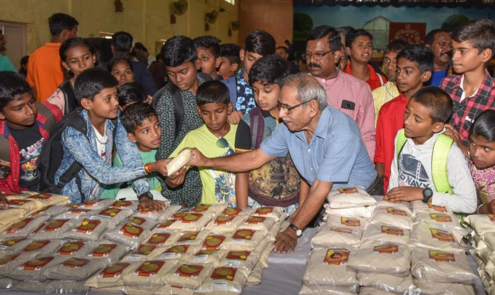 Environmentalist Nagesh Hegde with children at the millet mela in Lalbagh on Friday. DH PHOTO/S K DINESH