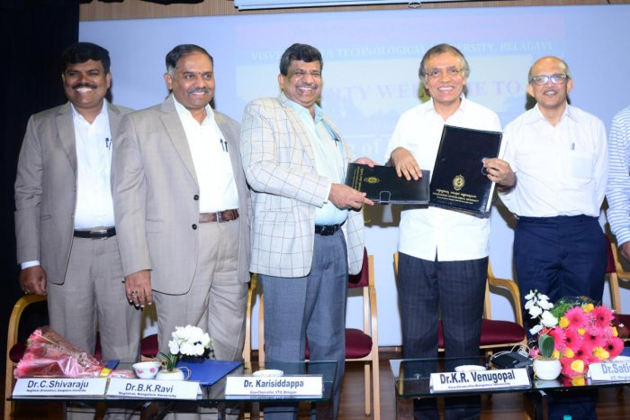 (L-R) C Shivaraju, Registrar (Evaluation), BU; B K Ravi, Registrar, VTU; Karisidappa, V-C, VTU; BU V-C Venugopal K R; and Satish Annigeri, Registrar (in-charge), Evaluation, VTU, at the signing of an MoU on the model digital evaluation centre on Friday.
