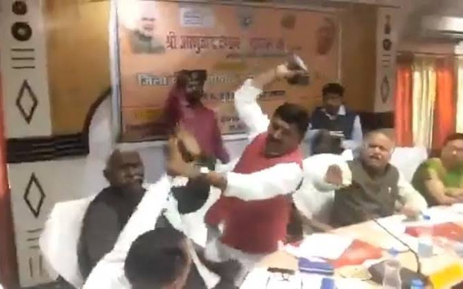 BJP had been left red-faced after its sitting MP Sharad Tripathi thrashed party legislator Rakesh Baghel with shoes in the midst of an official meeting in Sant Kabir Nagar district. (Screen grab)