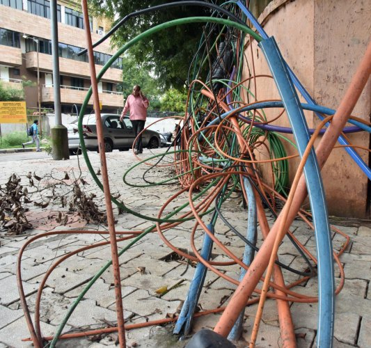 While officials say cables can be installed only underground, it's common to find OFCs strewn on city streets. DH FILE PHOTO