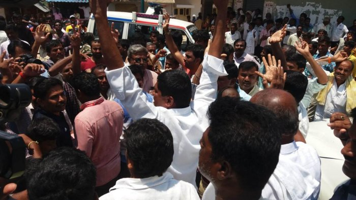 The supporters of K Nikhil and A Sumalatha clash at Doddarasinakere, in Maddur taluk, Mandya district, on Thursday.