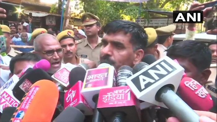 Tej Bahadur Yadav speaks to media persons. (ANI/Twitter)