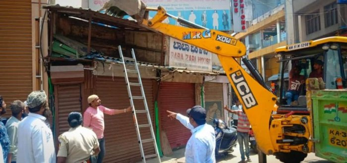 The BBMP is demolishing illegal structures at the city's markets. These shops had come up on Meenakshi Koil Street, OPH Road Circle. On Saturday, May 4, officials pulled them down. It was their second drive, after the one at KR Market that cleared up road and footpath space.