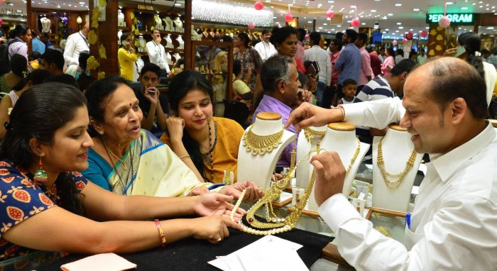 Jewellery stores in Bengaluru saw high footfall on Tuesday on account of Akshaya Tritiya on Tuesday. DH PHOTO/RANJU P