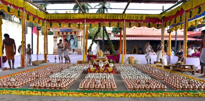 'Kalashas' have been kept ready for Brahmakalashotsava of Kadri Manjunatha temple in Mangaluru. DH Photo/ Govindraj Javali