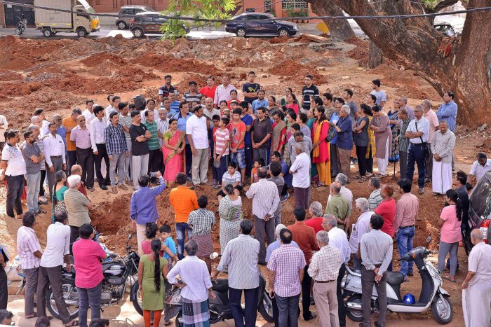 Girinagar residents stage a protest against the plan to build a police station on a playground on Friday. DH Photo.