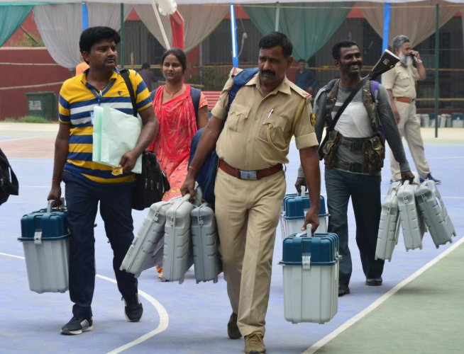East Champaran: Security personnel leave after collecting VVPAT's, EVM' and other election materials, ahead of sixth phase of Lok Sabha elections at East Champaran district of Bihar, Saturday, May 11, 2019. (PTI Photo)(PTI5_11_2019_000145B)