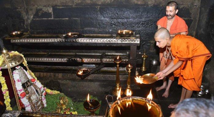 The 31st seer of Palimaru Mutt Vidya Rajeshwara Theertha offers 'mangalarathi' to the idol of Lord Krishna at Sri Krishna Mutt in Udupi on Sunday.
