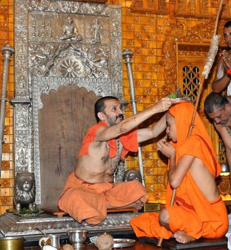 The pattabhisheka of the junior seer of Palimaru Mutt Vidya Rajeshwara Theertha was held at the Krishna Mutt in Udupi on Sunday. dh photo