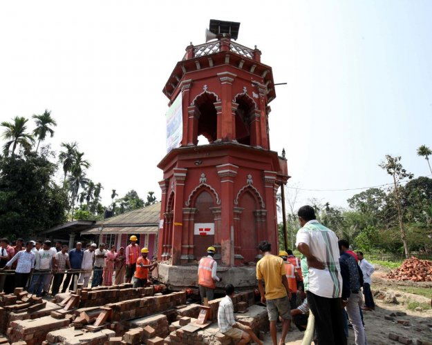 The minaret of Puranigudam mosque in Nagaon being shifted from the middle of the National Highway 37. Photo by Subhamoy Bhattacharjee