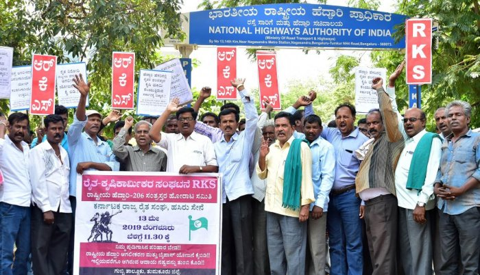 Farmers protest outside the NHAI office in Bengaluru on Monday. DH PHOTO/RANJU P